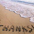 כיתוב thanks על החול בשפת הים